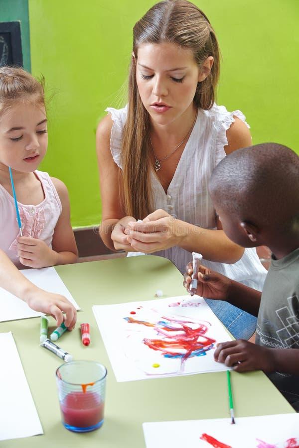 Дети крася с темперой стоковые фото