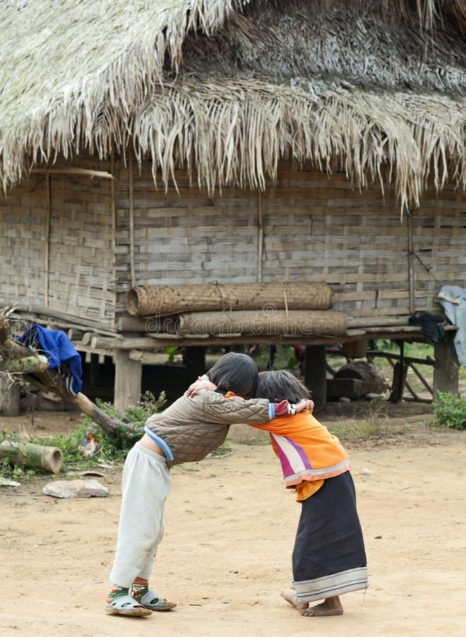 дети Лаос играя 2 стоковое изображение