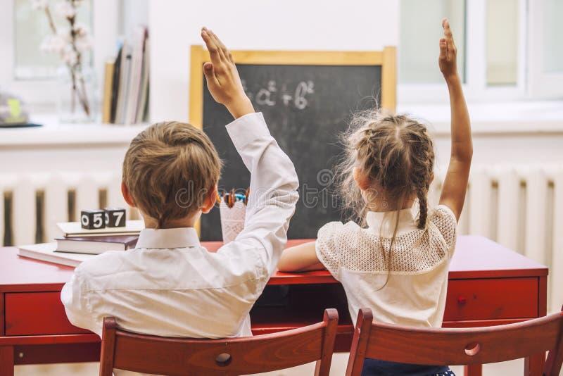Дети мальчика и девушки в школе имеют счастливое стоковые изображения rf