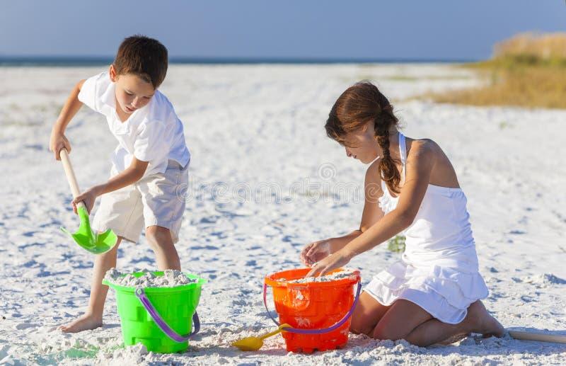 Дети, мальчик, девушка, брат & сестра играя на пляже стоковое изображение rf