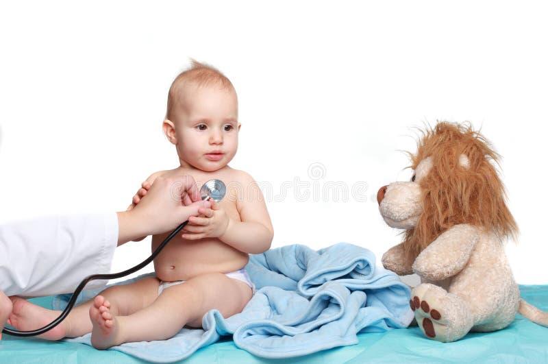 дети младенца врачуют экзамены меньший усмехаться s стоковые изображения