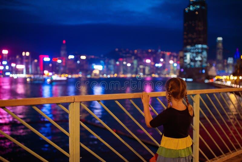 Дети наблюдают горизонт гавани Гонконга стоковое фото rf