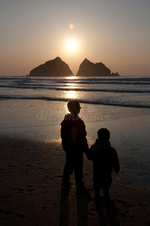 Дети наблюдая заход солнца стоковое изображение rf