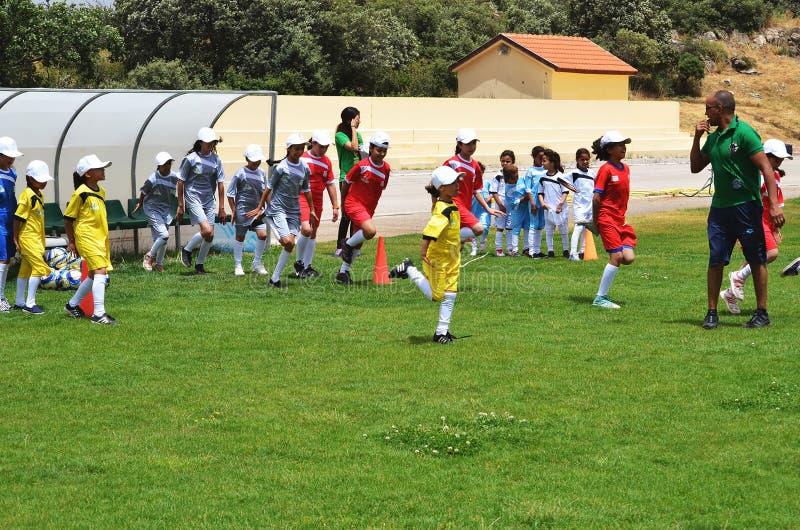 Дети нагревая для того чтобы сыграть футбол стоковая фотография rf