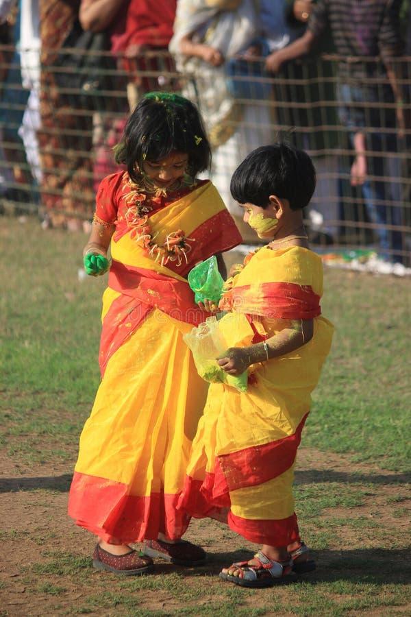 Дети наслаждаются Holi, фестивалем цвета Индии стоковое фото