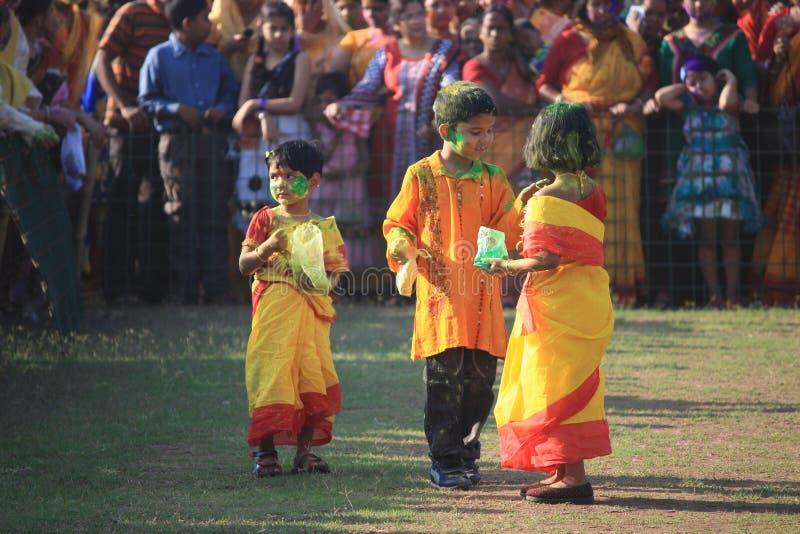 Дети наслаждаются Holi, фестивалем цвета Индии стоковые фото