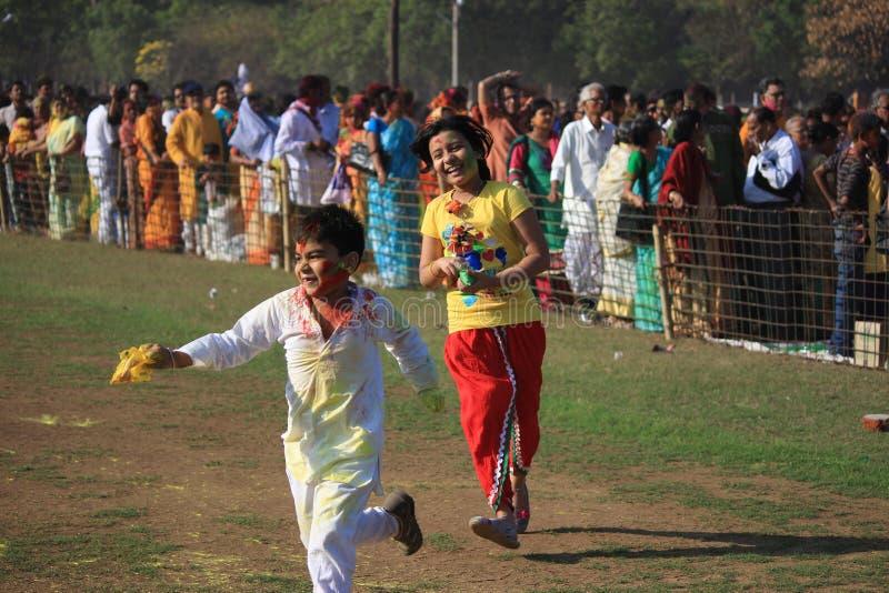 Дети наслаждаются Holi, фестивалем цвета Индии стоковая фотография