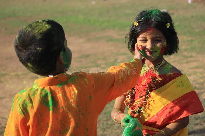 Дети наслаждаются Holi, фестивалем цвета Индии стоковые фотографии rf