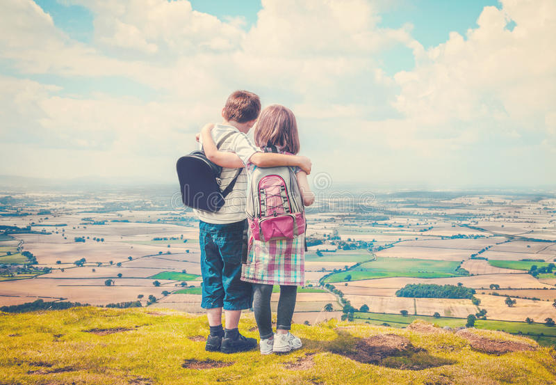 Дети наслаждаясь сельской местностью стоковое изображение rf