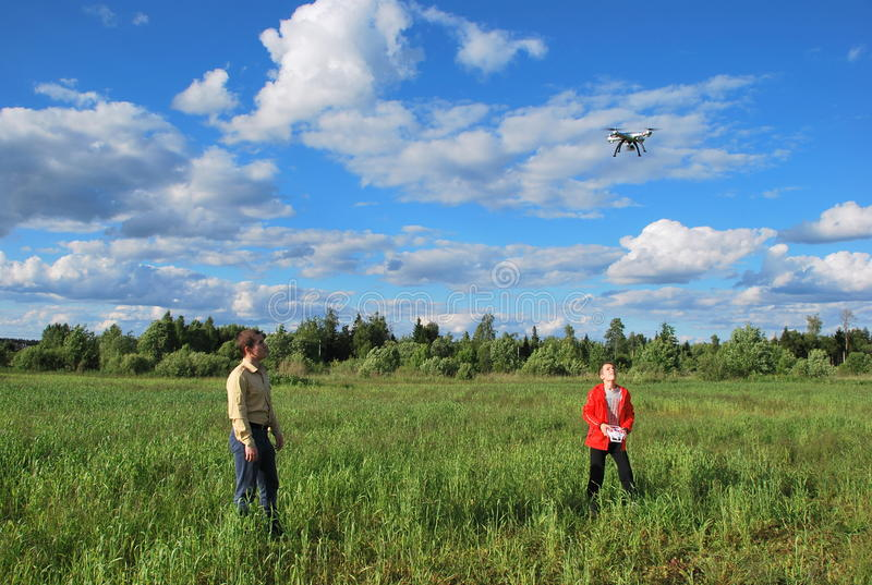 Дети начинают quadcopter стоковое фото