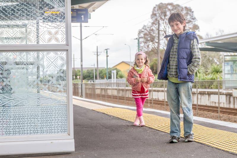 Дети на железнодорожном вокзале стоковое фото rf