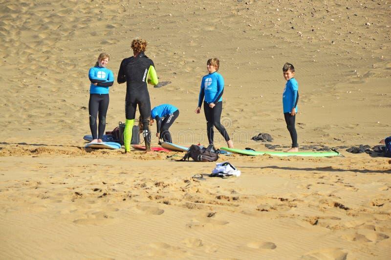 Дети на занимаясь серфингом школе в El Cotillo стоковые изображения