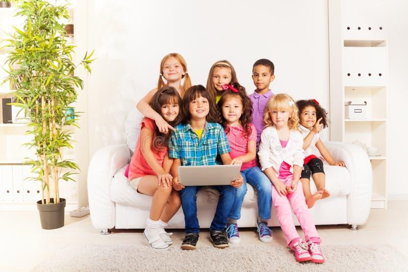 Дети на игре тренера с компьтер-книжкой стоковое фото