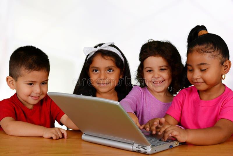 Дети на компьютере стоковая фотография rf
