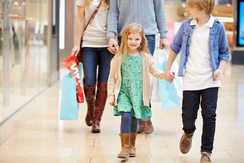Дети на отключении к торговому центру с родителями стоковые изображения