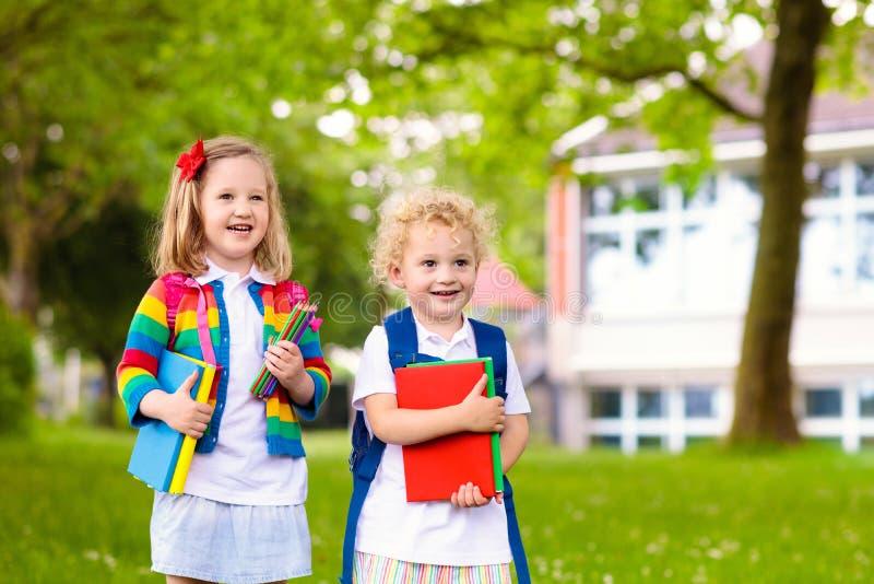 Дети на первый учебный день стоковое фото