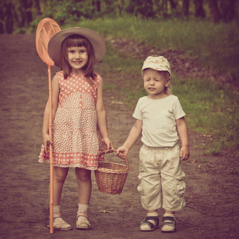 Дети на прогулке леса стоковое изображение