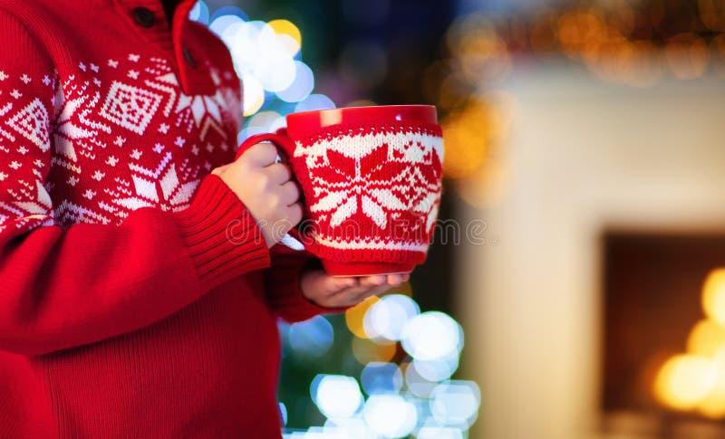 Дети на рождественской елке Дети выпивают горячее какао стоковые фото