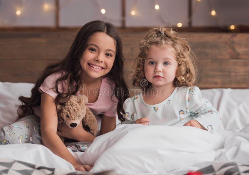 Дети на рождестве стоковое изображение rf