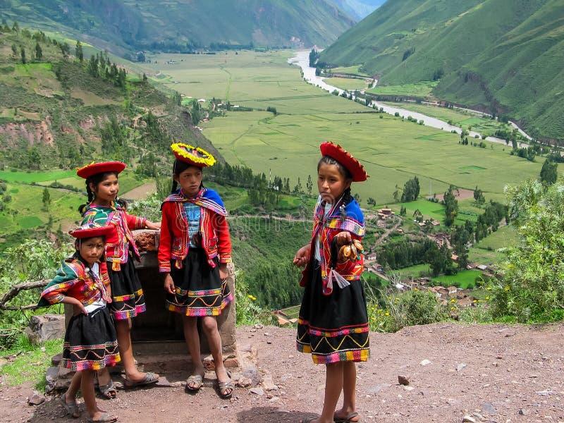 Дети на Mirador Taray около Pisac в Перу стоковое изображение
