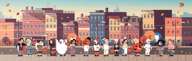 Дети нося извергов костюмируют идя фокусы предпосылки городского пейзажа концепции праздника городка или шарж хеллоуина обслужива бесплатная иллюстрация