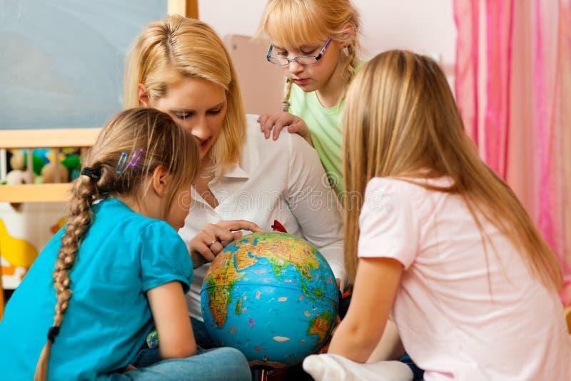 дети объясняя ее мать к миру стоковые изображения rf