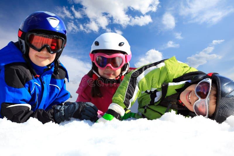дети одевая лыжу стоковое фото