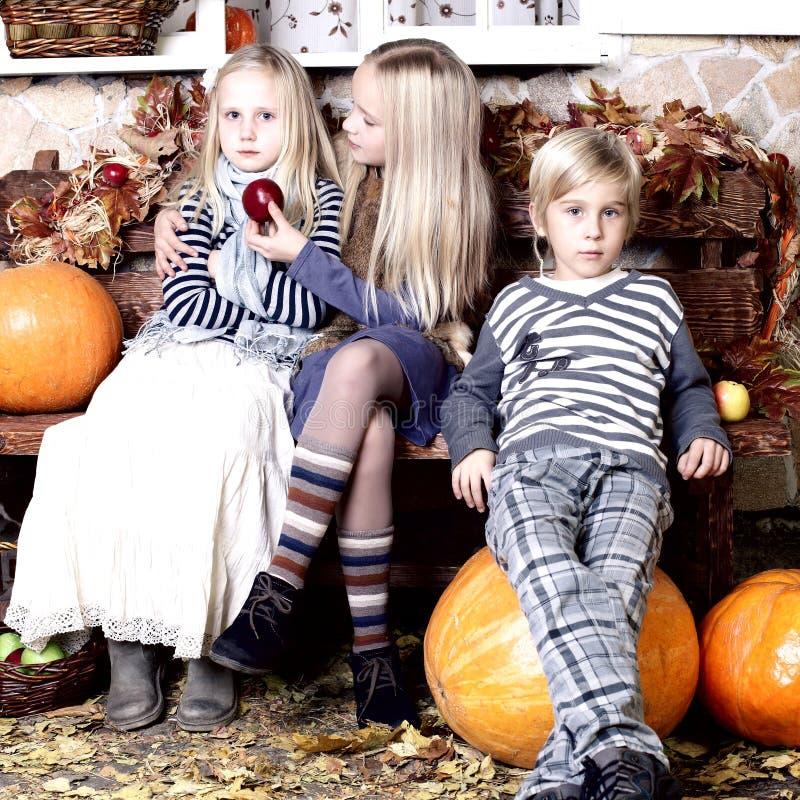 Дети - ожиданность праздника стоковое фото