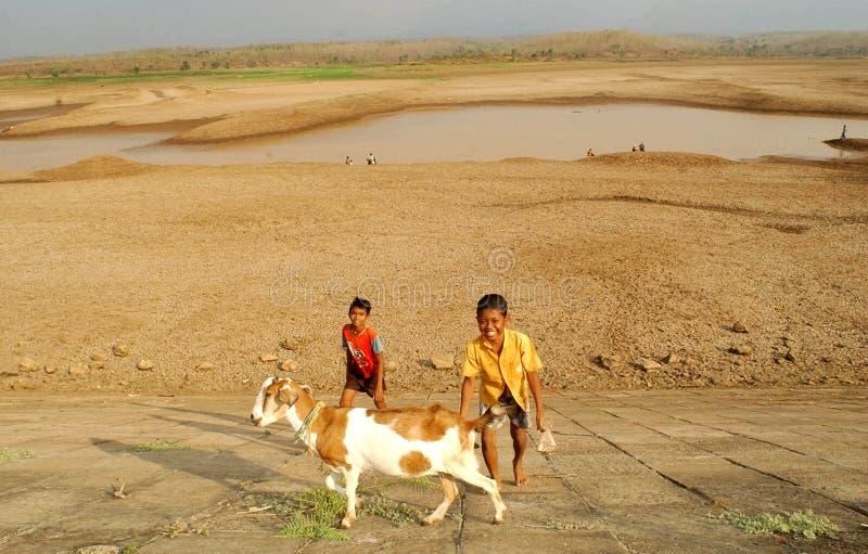 Дети около резервуара хранения Dawuhan, Wonoasri, Madiun стоковое фото