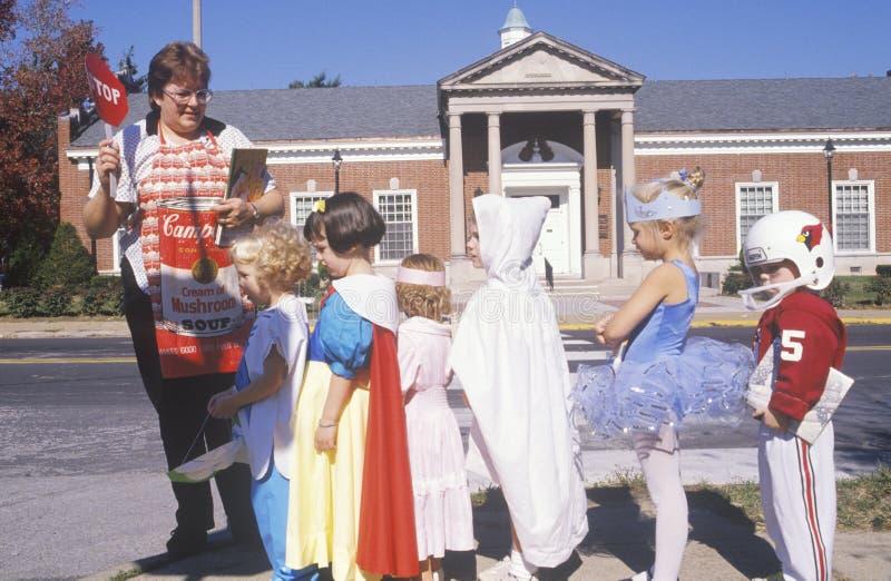 Дети одетые в костюмах хеллоуина, рощах Webster, Миссури стоковые фото