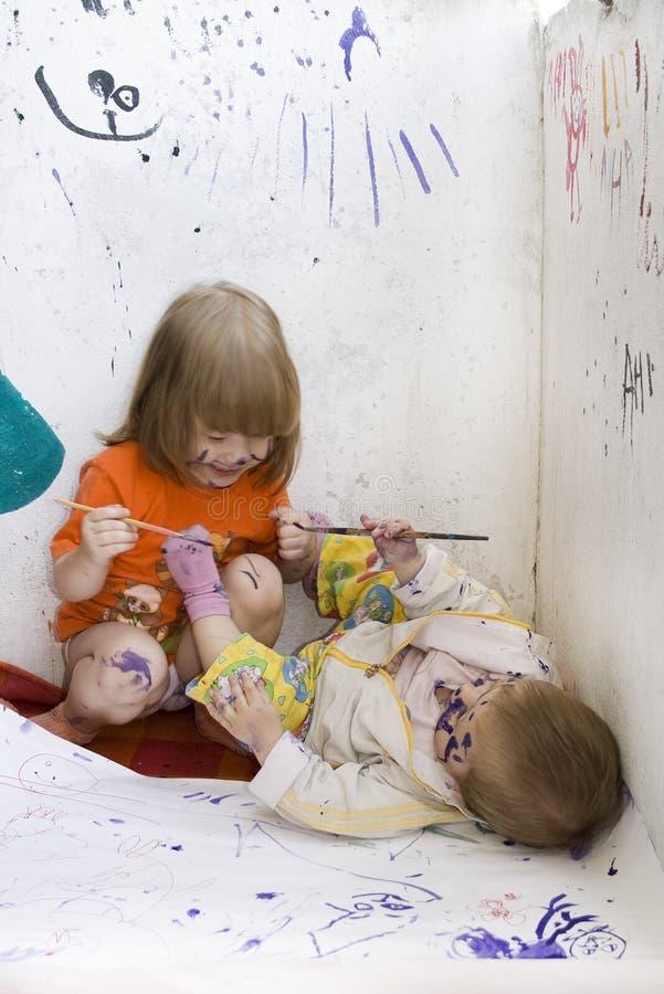 дети пакостные делая эскиз к 2 стоковые изображения rf