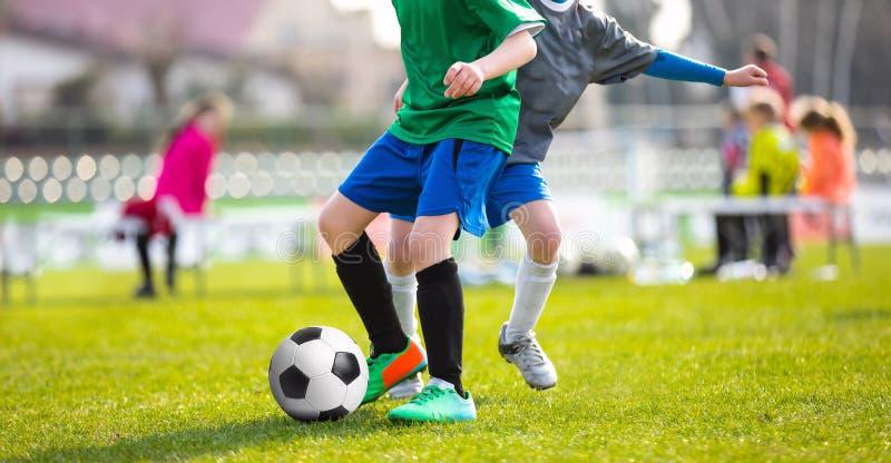 Дети пиная футбольный матч Молодые мальчики играя футбол стоковая фотография rf