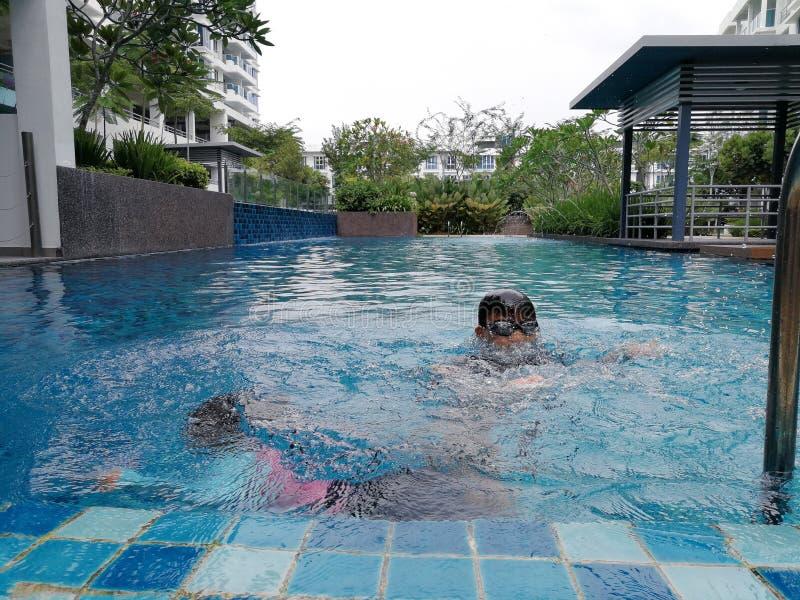 Дети плавая на бассейне стоковые фотографии rf