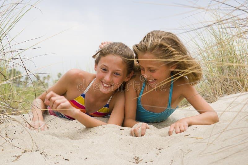 дети пляжа играя детенышей стоковая фотография rf