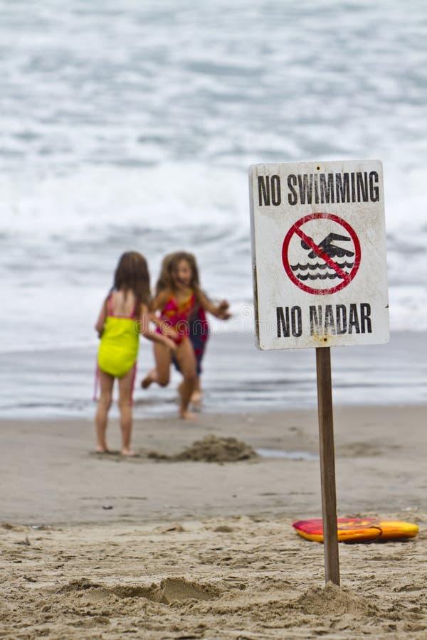 дети пляжа играя 3 стоковая фотография rf