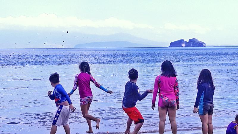 Дети пляжем на игре стоковые изображения