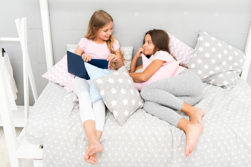 Дети подготавливают идут положить в постель Спальня приятного времени уютная Пижамы длинных волос девушек милые ослабляют прочита стоковые фотографии rf