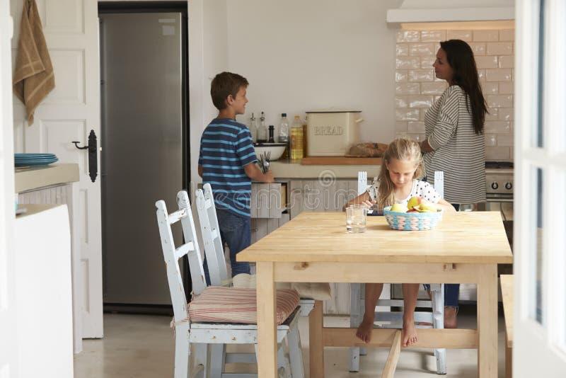 Дети помогая положить таблицу для семейной трапезы стоковое фото rf