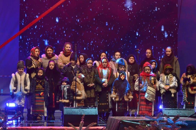 Дети поют румынские песни рождественского гимна рождества стоковая фотография rf