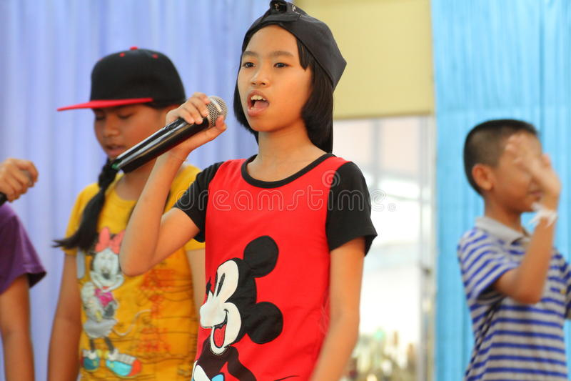 Дети поя в школьных деятельностях стоковое фото rf