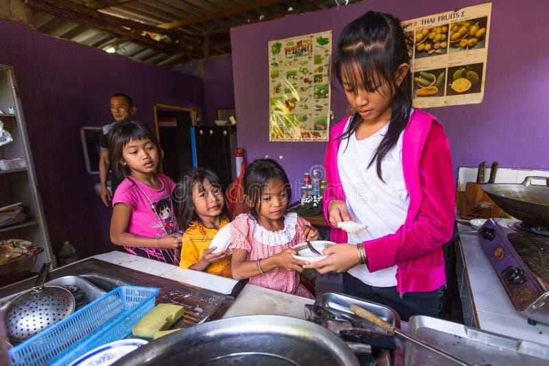 Дети получают еду на времени обеда на школе заботой детей камбоджийца проекта стоковое фото rf