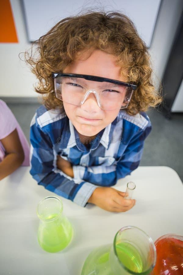 Дети представляя в лаборатории стоковое фото rf