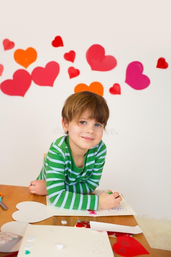 Дети приниматься искусства дня валентинки с сердцами стоковое фото rf
