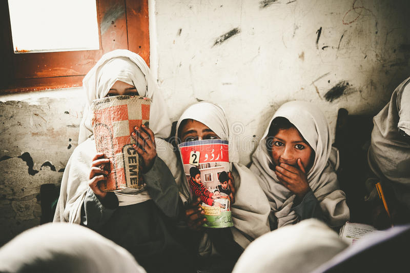 Дети приходя к школе в Skardu, Пакистане стоковое фото rf