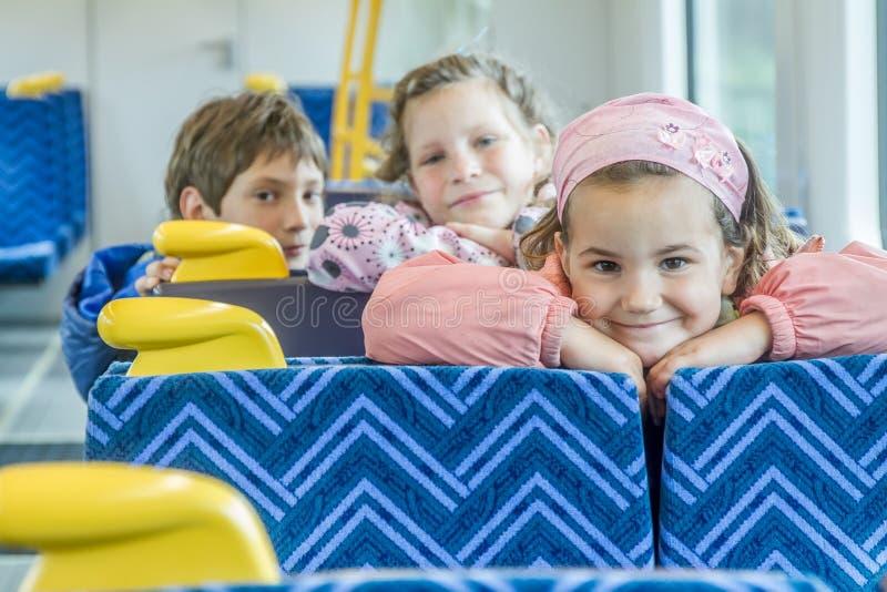 Дети путешествуя поездом стоковые изображения