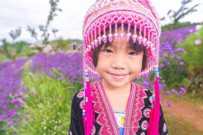 Дети племени холма усмехаясь с традиционными одеждами стоковые изображения