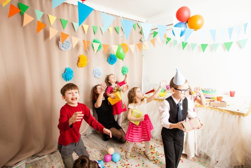 Дети радуются на пиршестве стоковые фото