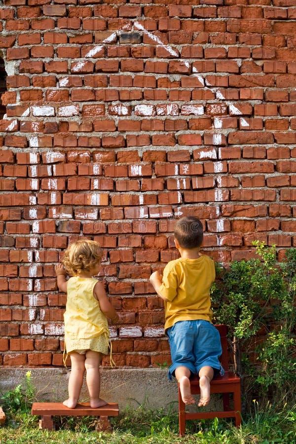 дети рисуя дом 2 стоковое изображение rf