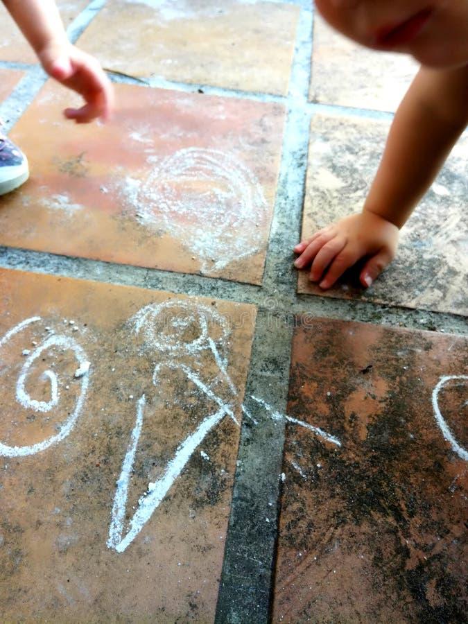 Дети рисуя на поле стоковое фото