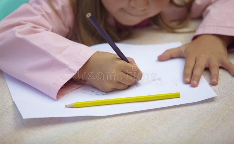 дети рисуя школу картины образования стоковая фотография